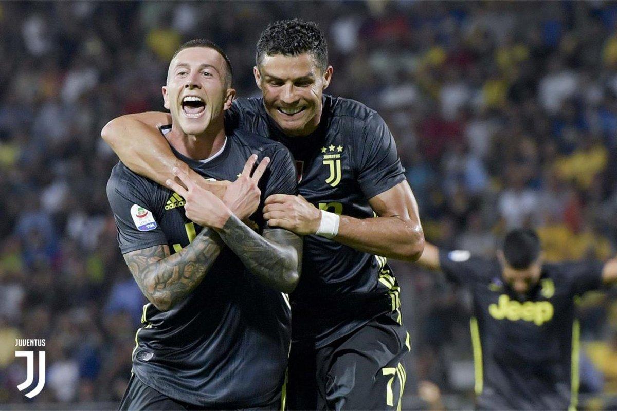Ronaldo abbraccia Bernardeschi dopo il raddoppio dell'ex Fiorentina