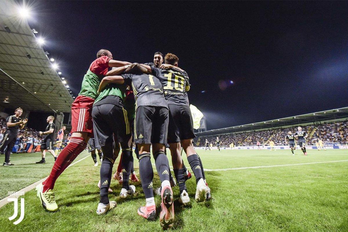 I bianconeri festeggiano abbracciandosi dopo la vittoria, frosinone-juventus