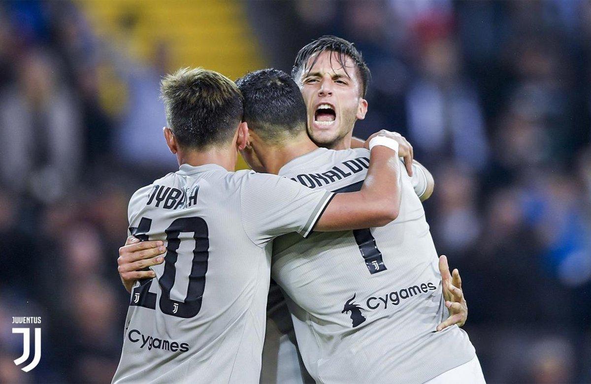 Bentancur esulta per la gioia del goal contro l'Udinese, abbracciato da Ronaldo e Dybala