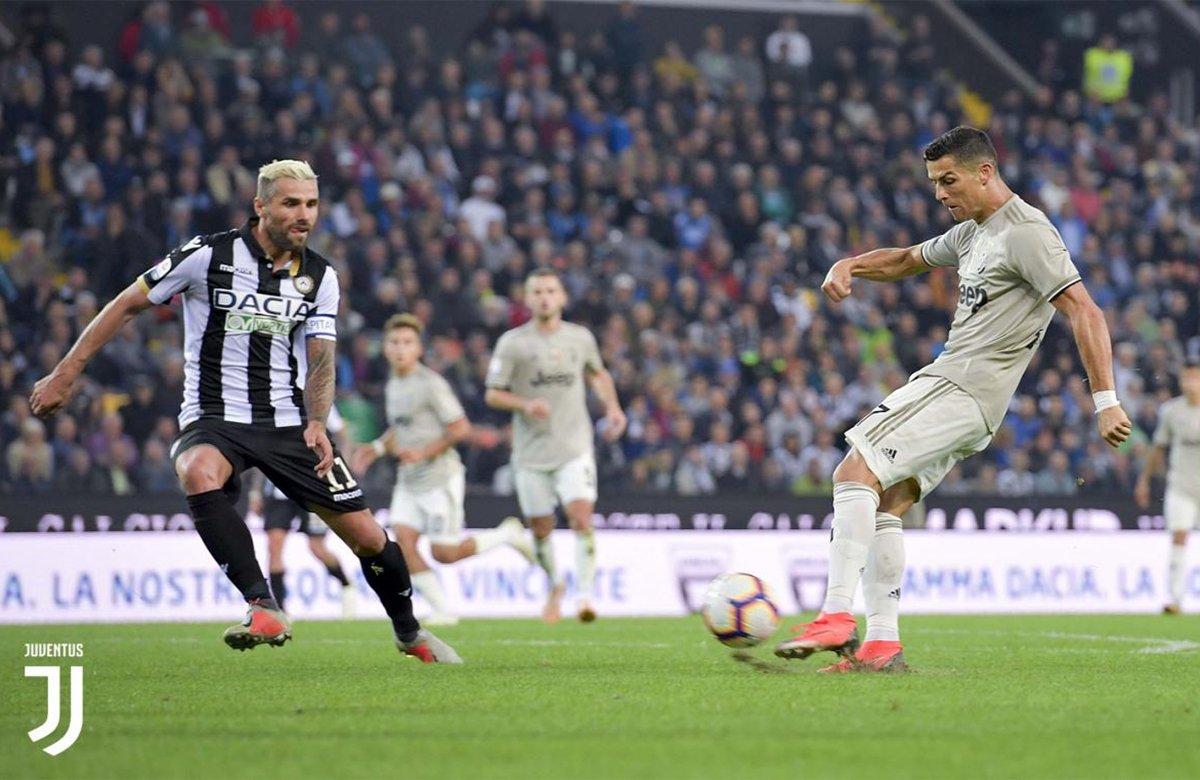 Ronaldo calcia e segna di mancino contro l'Udinese