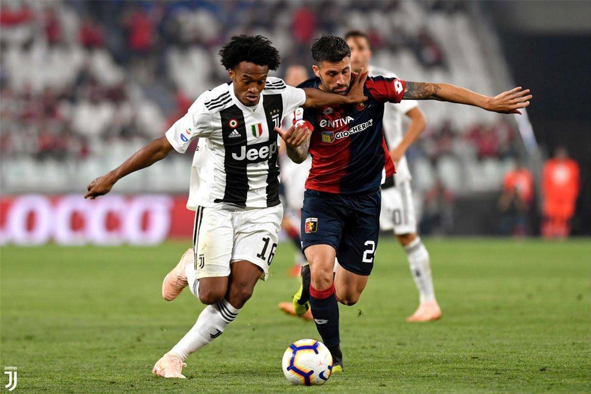Cuadrado spalla a spalla con un avversario rossublu nel pareggio tra Juve e Genoa