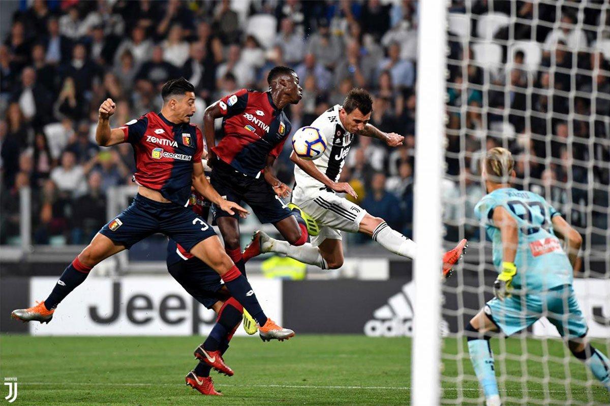 Mandzukic in elevazione non trova l'incornata vincente in Juve-Genoa 2018-2019