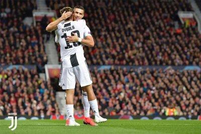 Dybala firma il goal decisivo in Man United-Juventus e festeggia con Ronaldo
