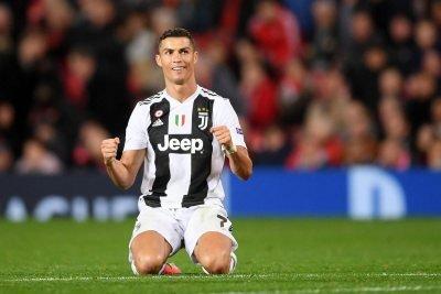 Ronaldo esulta in ginocchio a fine match per la vittoria sulla sua ex squadra di Manchester