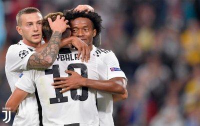 Bernardeschi e Cuadrado abbracciano Dybala dopo la sua tripletta personale contro lo Young Boys